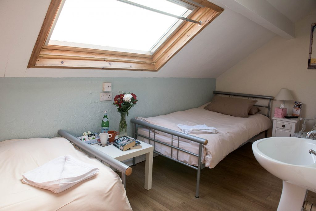Double room with shared bathroom - B&B Swansea